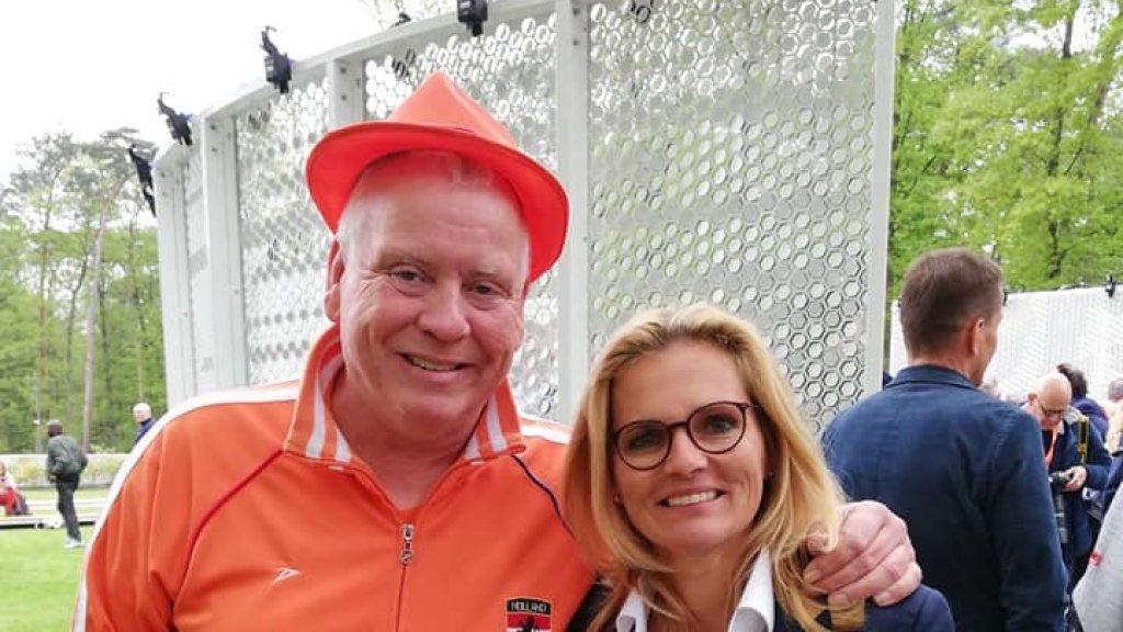 Voor de Wall of Fame met bondscoach Sarina Wiegman.