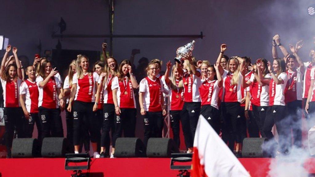 De Ajax vrouwen met de KNVB beker tijdens de huldiging van Ajax op het Museumplein.