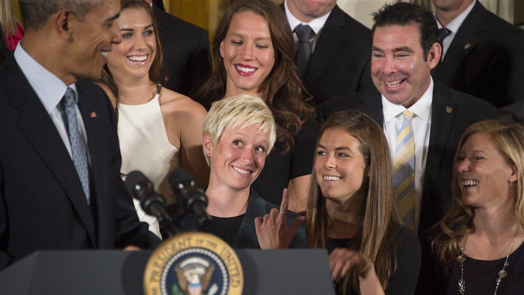 Megan Rapinoe (midden) in 2015 op bezoek in het Witte Huis.