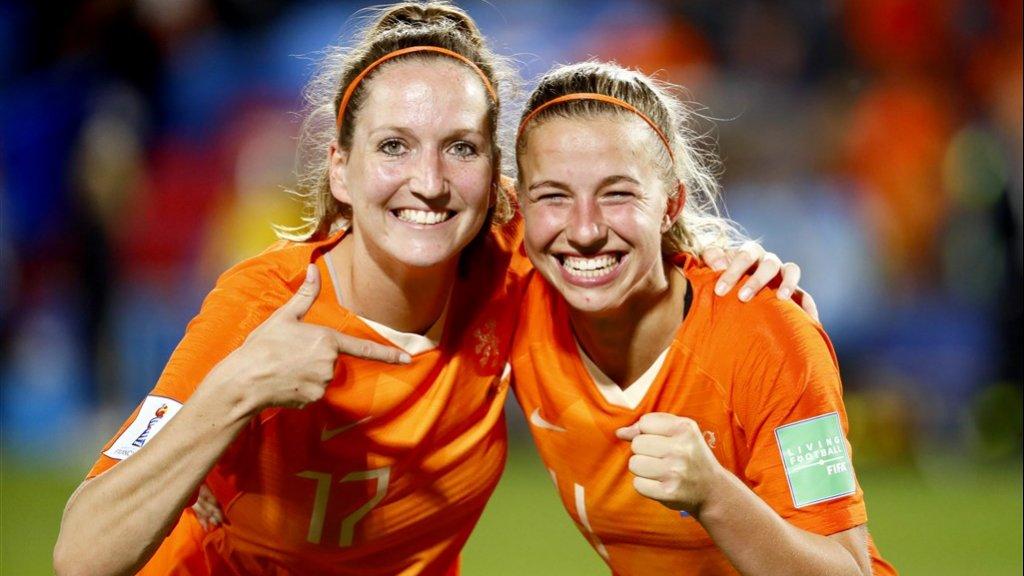 Ellen Jansen en Jackie Groenen na de 2-1 overwinning op Japan