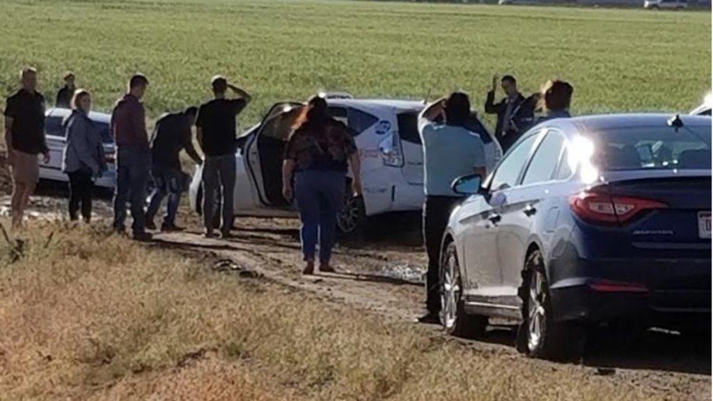 Vooraan de stoet raakten auto's vast in de modder.