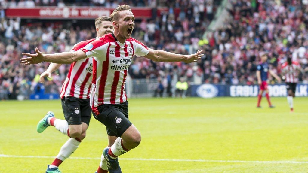 Luuk de Jong juicht in het shirt van PSV