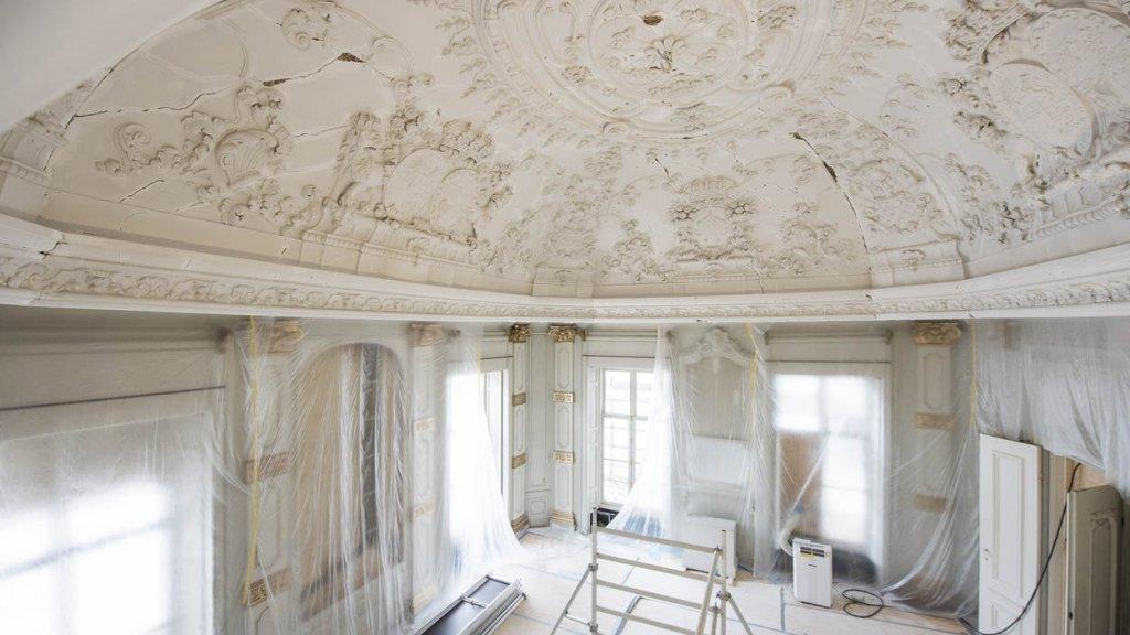 De scheuren in het plafond van de witte eetzaal werden uitgekrabd en afgevuld.