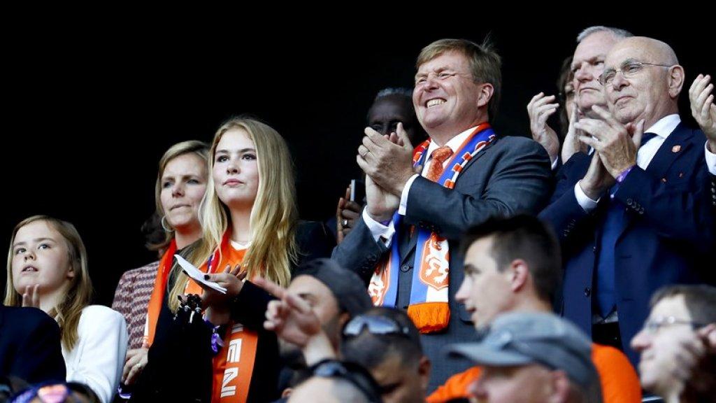 Koning Willem-Alexander op de tribune in Lyon met naast zich Amalia en Ariane.