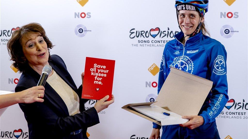 Een fietskoerier heeft het bidbook van Utrecht afgeleverd.