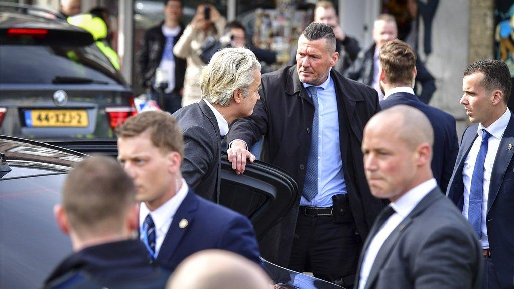 De bepantserde deur van de BMW van PVV-leider Geert Wilders.