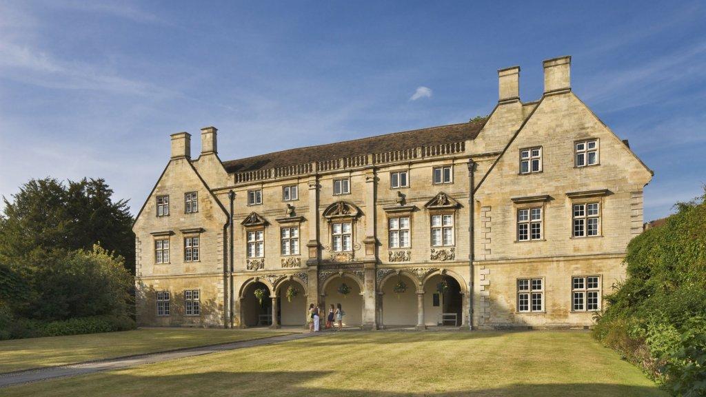 Studenten voor het hoofdgebouw van Magdalene College, waar de summercourses van Cambridge worden gegeven.