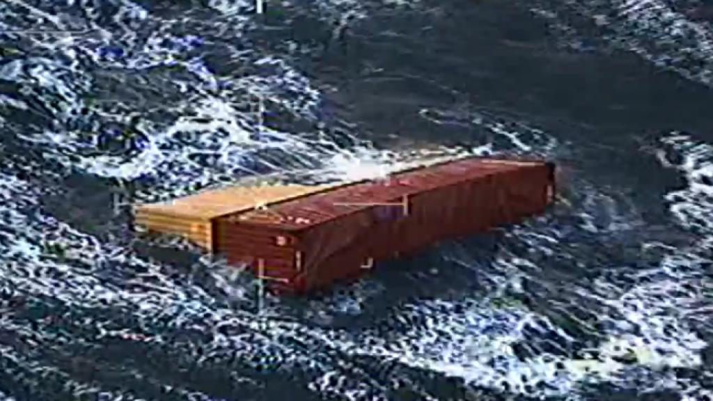 De Nederlandse Kustwacht maakte dronebeelden van containers die begin 2019 van het containerschip MSC Zoe afvielen.