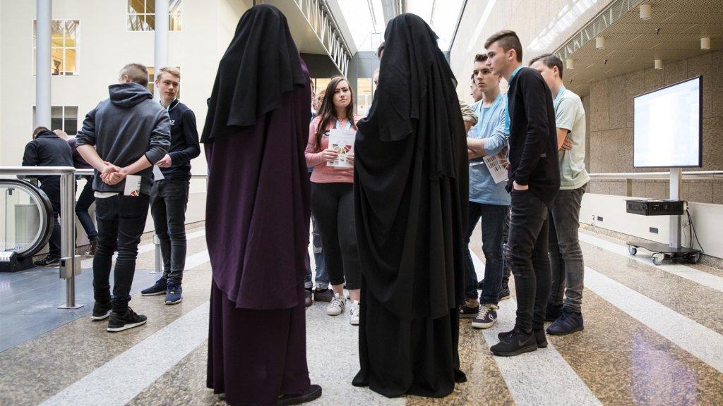 Bezoekers van de Tweede Kamer wonen in 2016 een debat bij over gezichtsbedekkende kleding.
