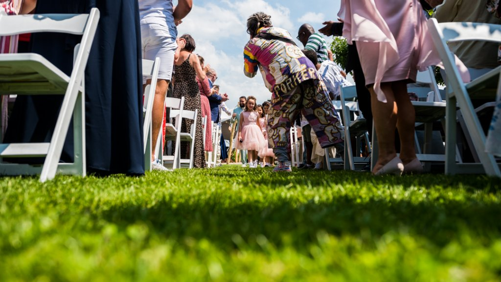 Door snel naar de grond te springen, kon Remco de fotograferende bruiloftsgast ontwijken en kreeg hij alsnog een foto van de aankomst.