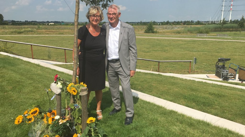 Bart en Jeanne bij de herdenkingsboom van hun dochter Astrid, die 31 is geworden.