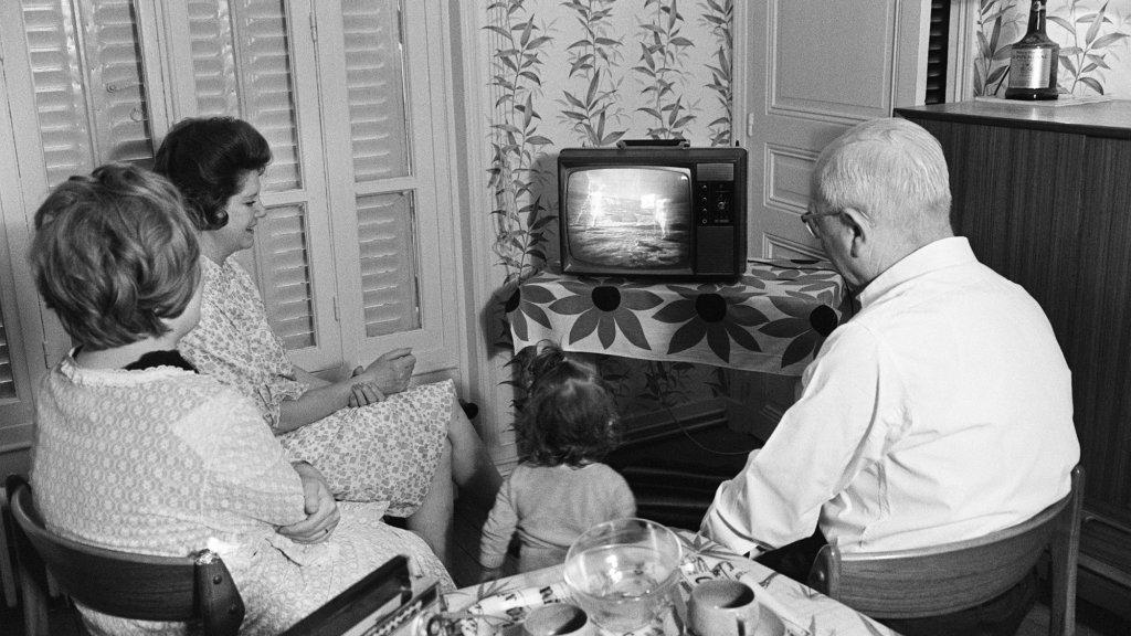 De maandlanding werd door honderden miljoenen mensen bekeken, zoals bij dit gezin uit Frankrijk.