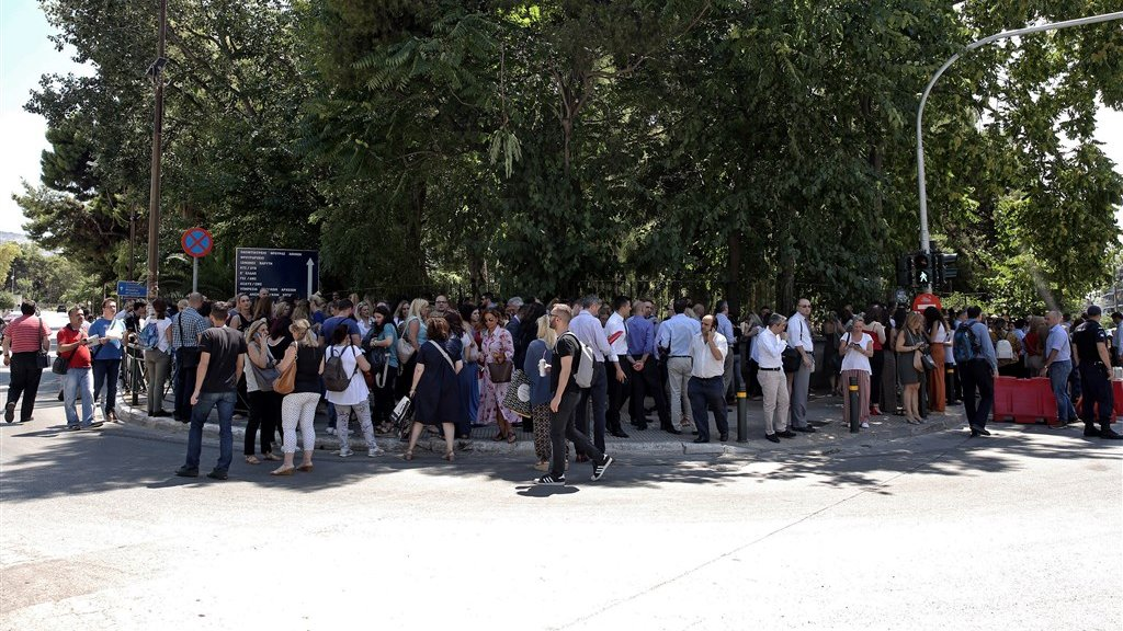Athene getroffen door aardbeving, inwoners rennen de straat op