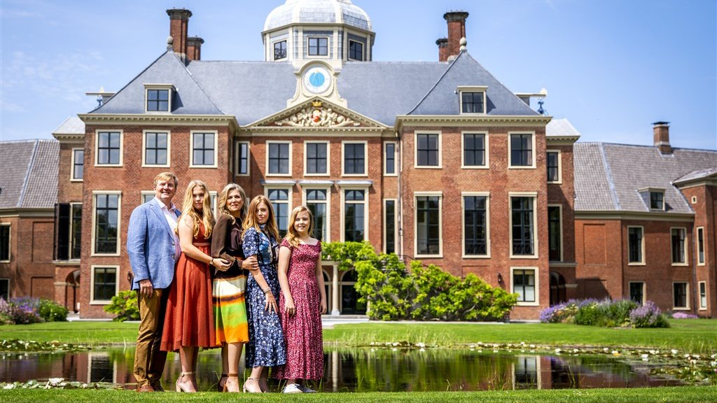 De koninklijke familie voor paleis Huis ten Bosch.