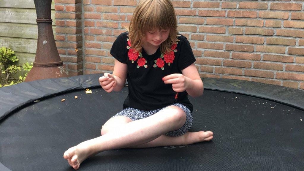 Op de trampoline voert Milou hele gesprekken met zichzelf.