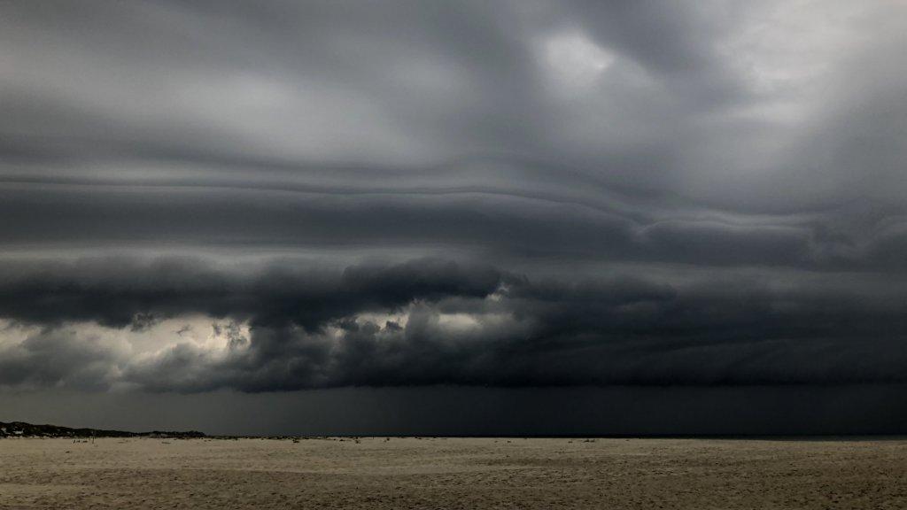 Onheilspellende wolken kondigen slecht weer aan.