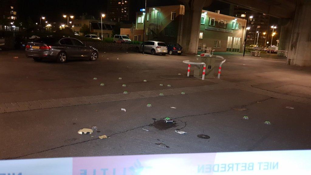 De straat waar het lichaam van het slachtoffer werd aangetroffen, ligt bezaaid met kogelhulzen.