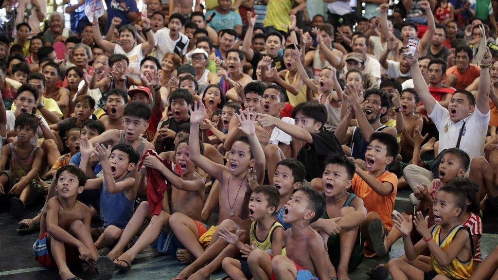 In Manilla, de hoofdstad van de Filipijnen, kwam de jeugd massaal bijeen om de wedstrijd op groot scherm te kijken.
