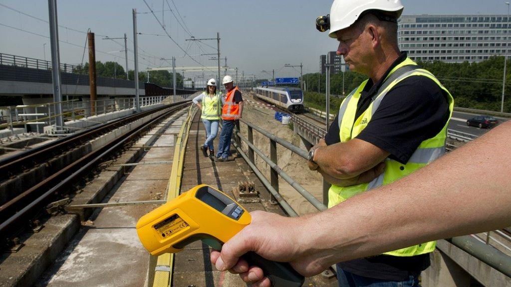 Medewerkers van ProRail controleren het spoor tijdens een zogenoemde hitteschouw