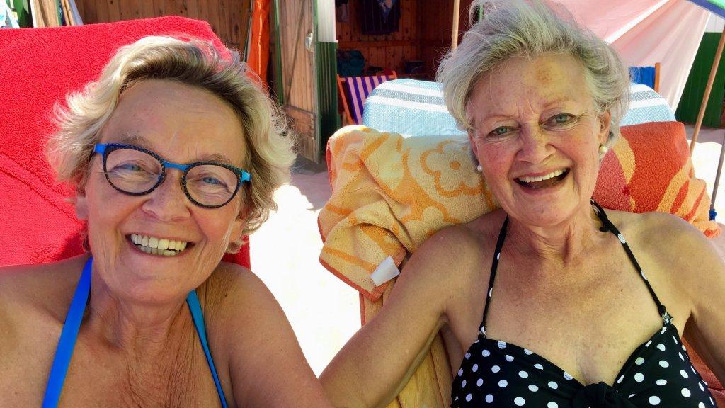 Marie-Louise (links) en Anne-Marie genieten op het strand.
