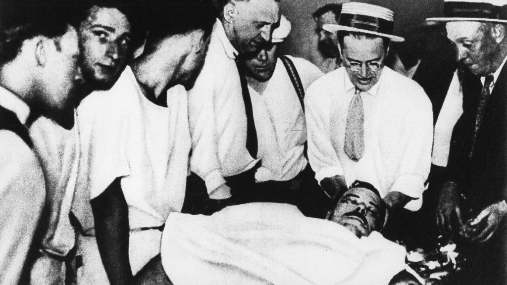 Het lichaam van John Dillinger wordt kort na zijn dood onderzocht.