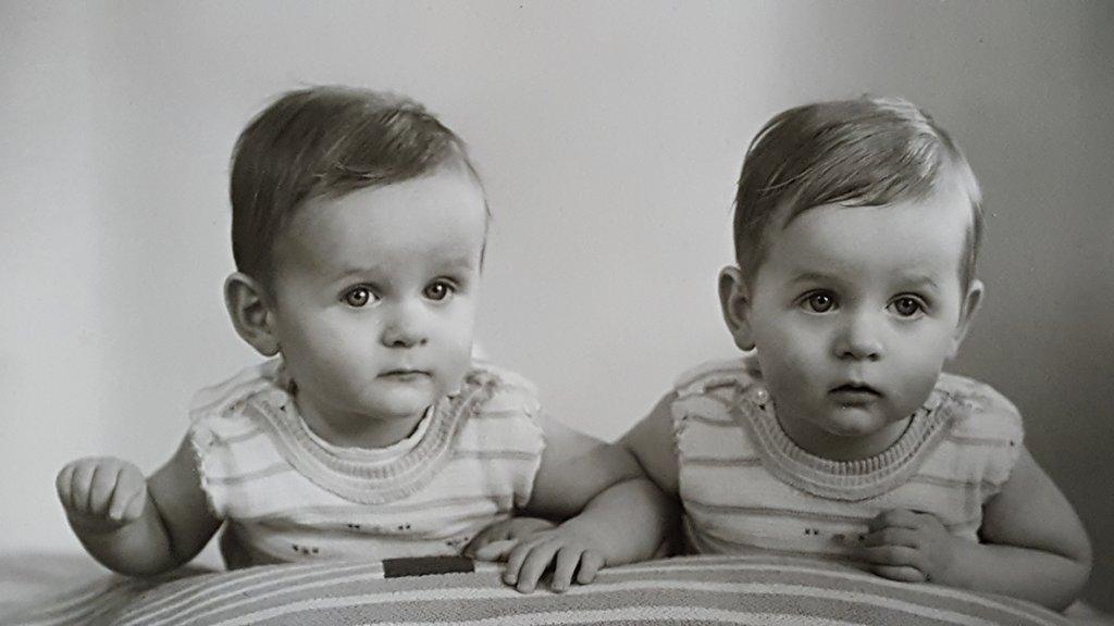 Peter met zijn tweelingbroer.