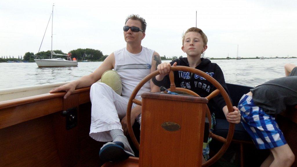 Mike en Silas aan het varen.