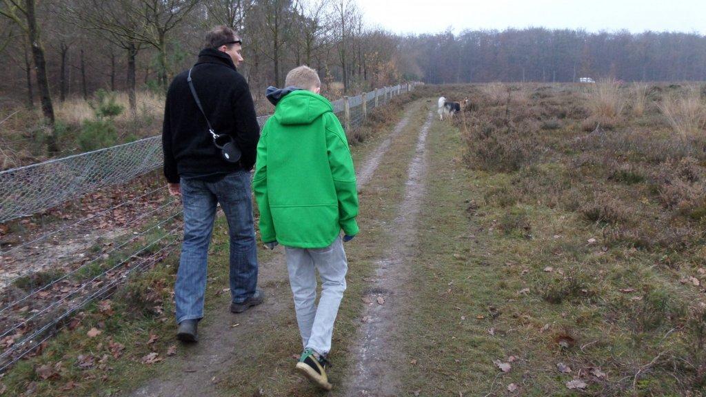 Mike en Silas samen aan de wandel.