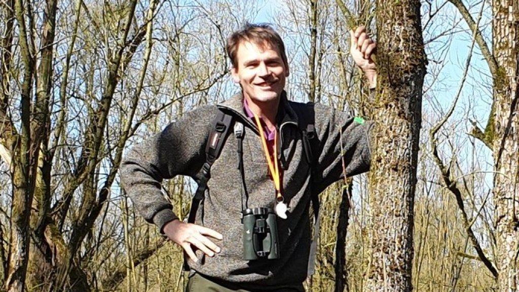 Boswachter Thomas van der Es maakt zich zorgen om de bijenpopulatie.