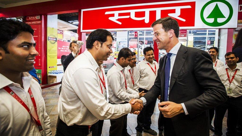 Premier Rutte bezoekt in 2015 een Spar-supermarkt in New Delhi in India.