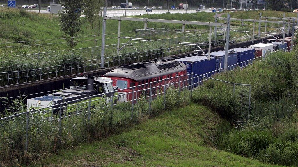 De eerste officiële trein die over de Betuwelijn ging in 2007. Op de achtergrond snelweg A15.