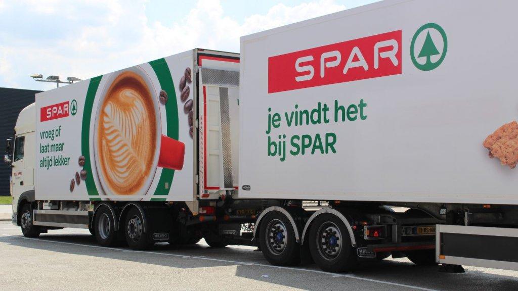 Met grote trucks worden goederen naar Heerenveen gebracht.
