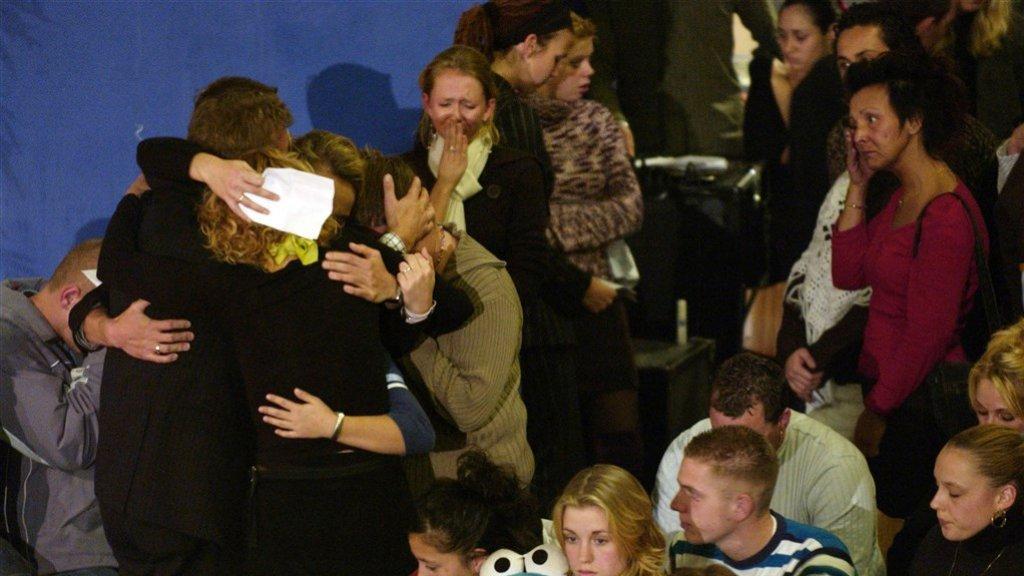 In Zeewolde zochten rouwende jongeren elkaar op tijdens de herdenking.