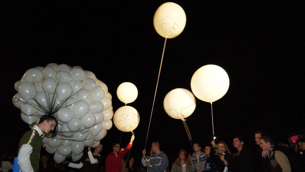 Bij de herdenking in Zeewolde werden ballonnen losgelaten.