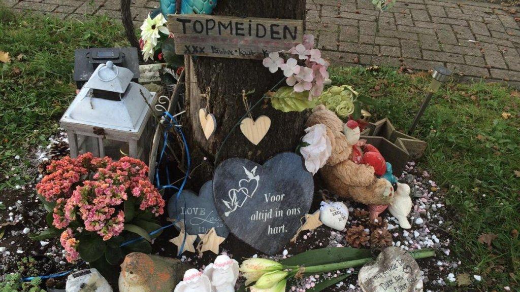 De gedenkplek voor Laura's vriendinnen.