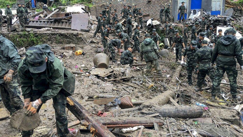 Reddingswerkers zoeken naar overlevenden onder het puin bij Yongjia, in de provincie Zhejiang.