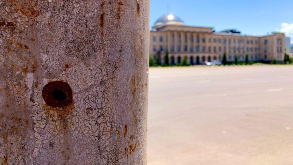 Inslag van een kogeltje uit een clusterbom op het plein in Gori.