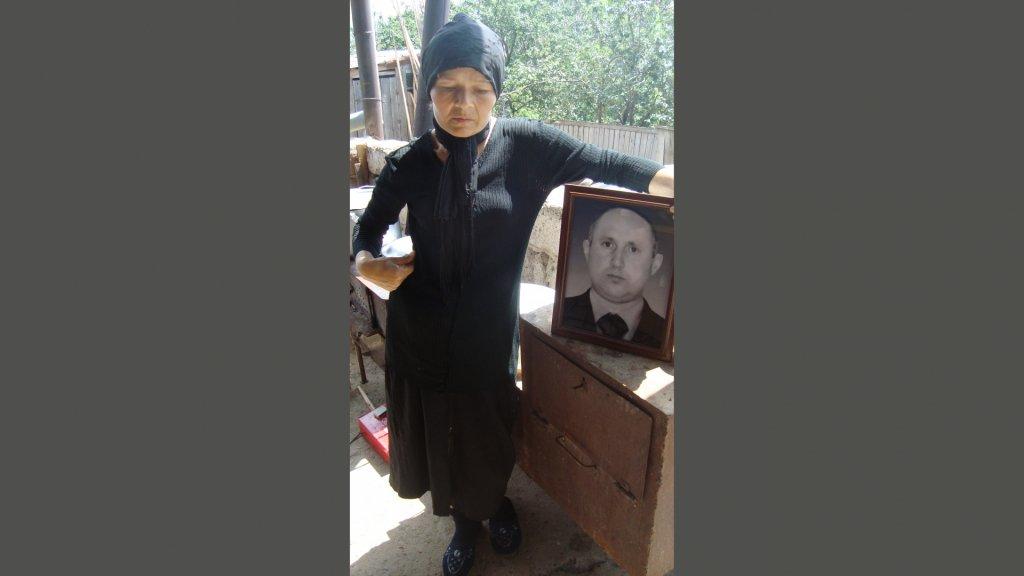 Marekh met een portret van Vaja in 2009.