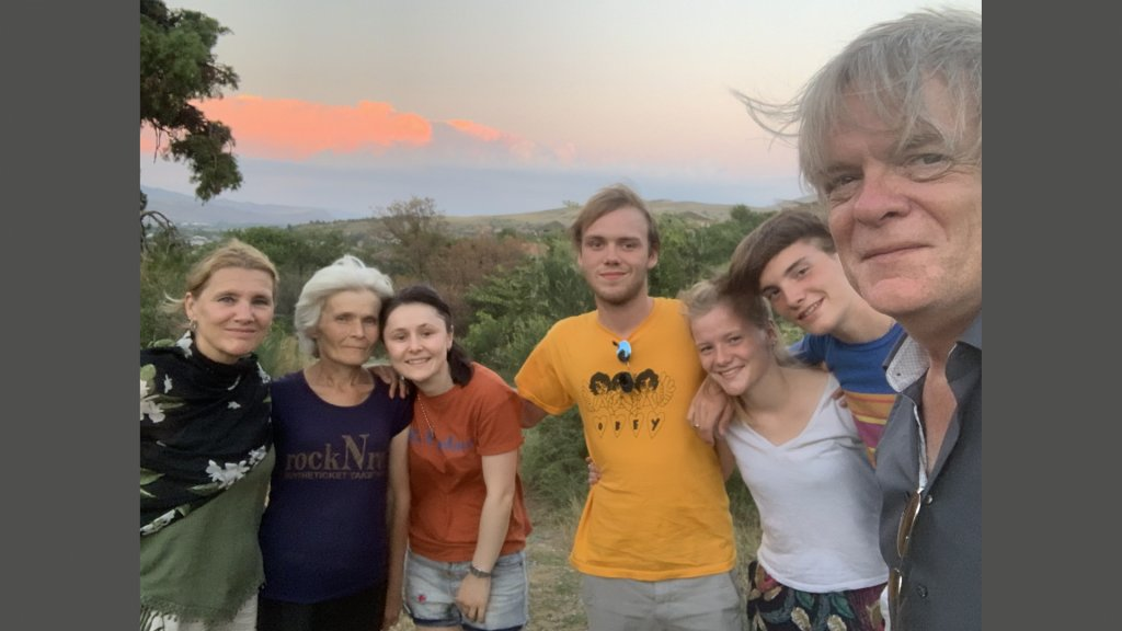 Jeroen Akkermans met zijn gezin op bezoek bij de familie Bestavashvili.