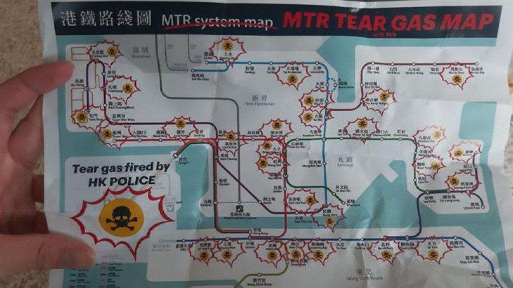 Reizigers krijgen dit soort pamfletten van de demonstranten