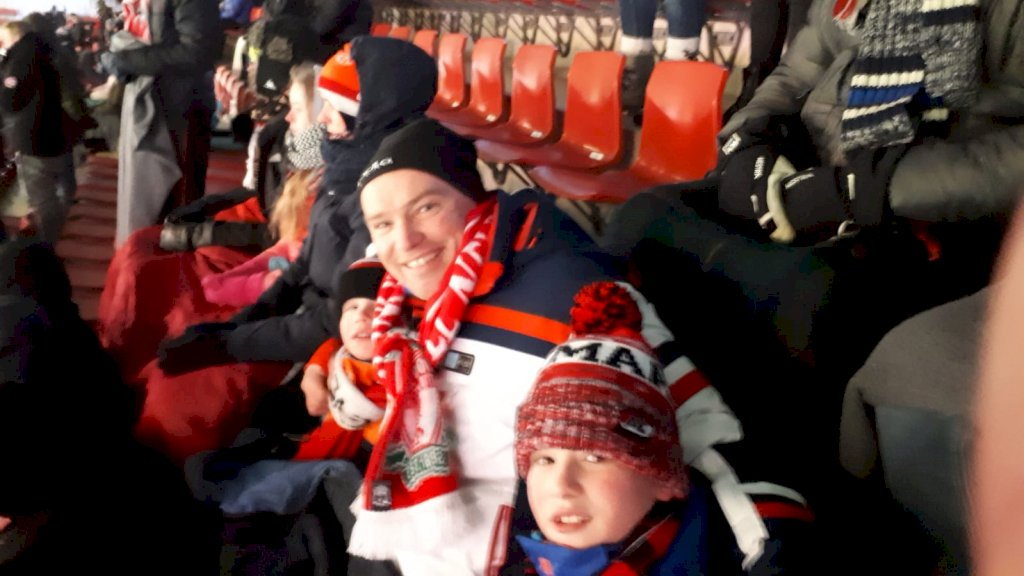 Perry en zijn zoons op de Molenaartribune, tijdens de ijskoude halve finale van de KNVB Beker tegen FC Twente.