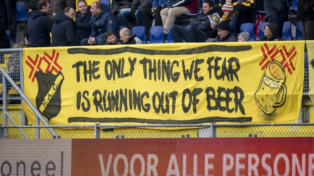 "In het stadion van NAC Breda hangt een spandoek met de tekst: ""The only thing we fear, is running out of beer"""