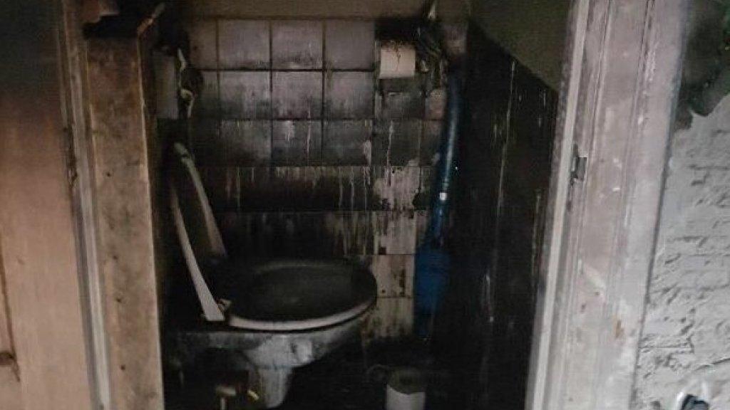 Ook van het toilet is weinig over.