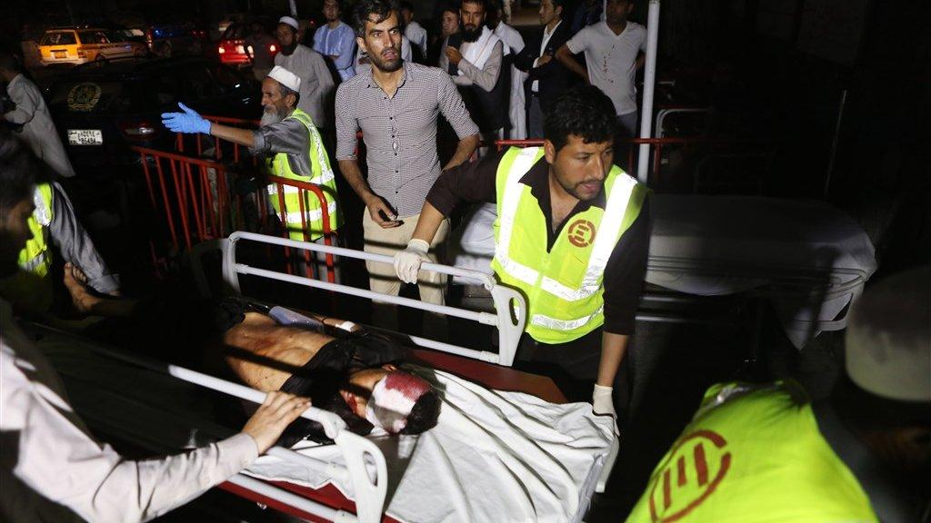 Een kind wordt het ziekenhuis in Kabul binnengereden.