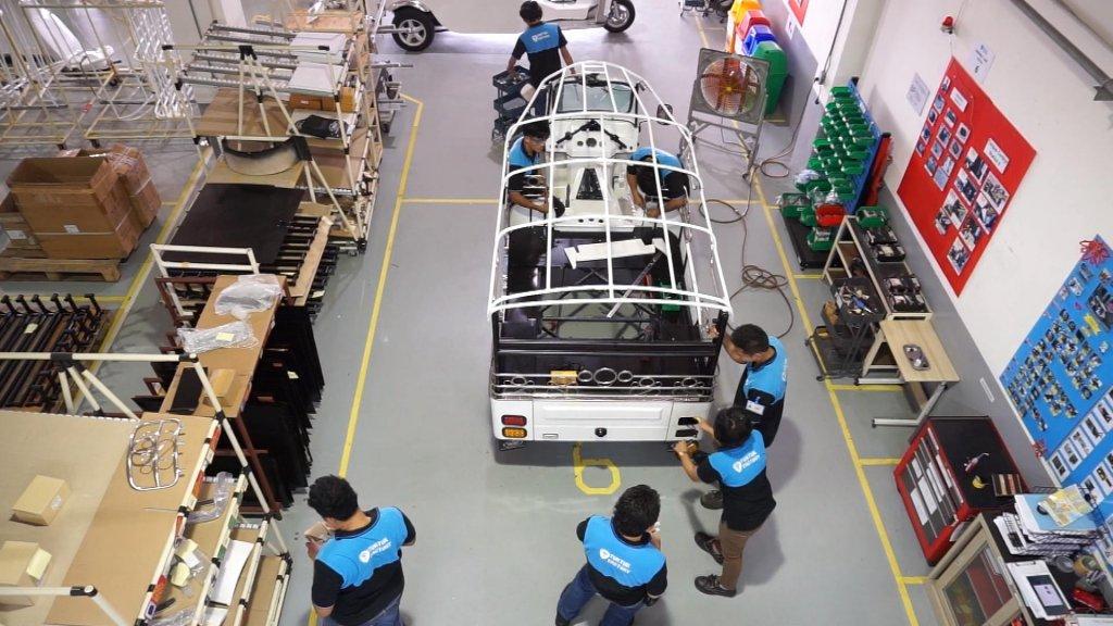 Aan het werk in de Tuk Tuk Factory.