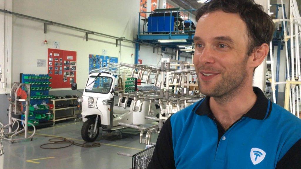 Dennis Harte en zijn elektrische tuktuk.
