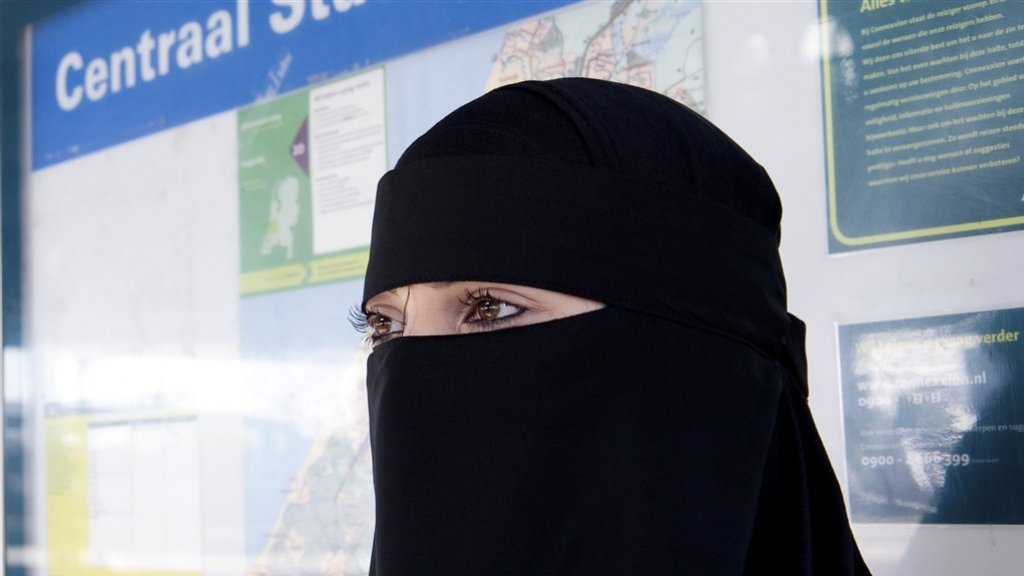 Buschauffeur had vrouw in niqaab NIET mogen weigeren! OVNL reageert!