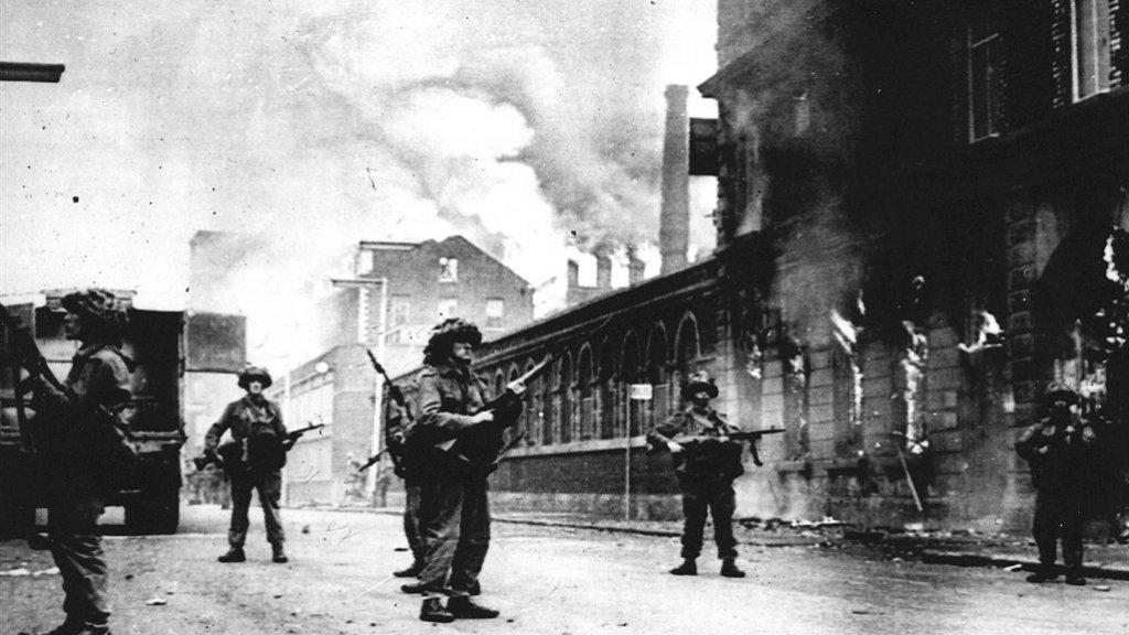 Soldaten in de straten van Belfast in augustus 1969.