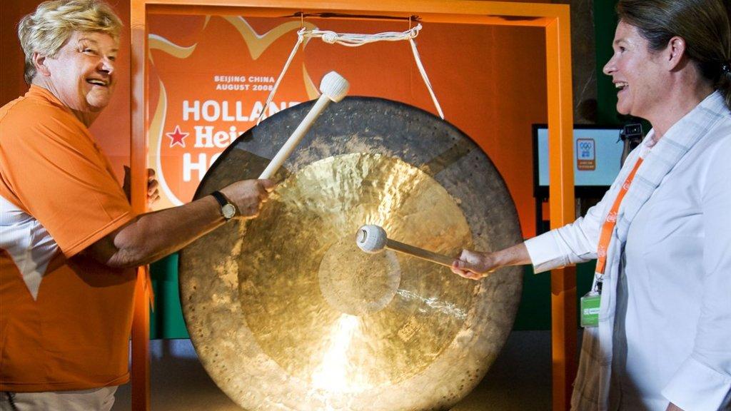 Charlene de Carvalho-Heineken slaat de gong in het Holland Heineken House in Peking in 2008.