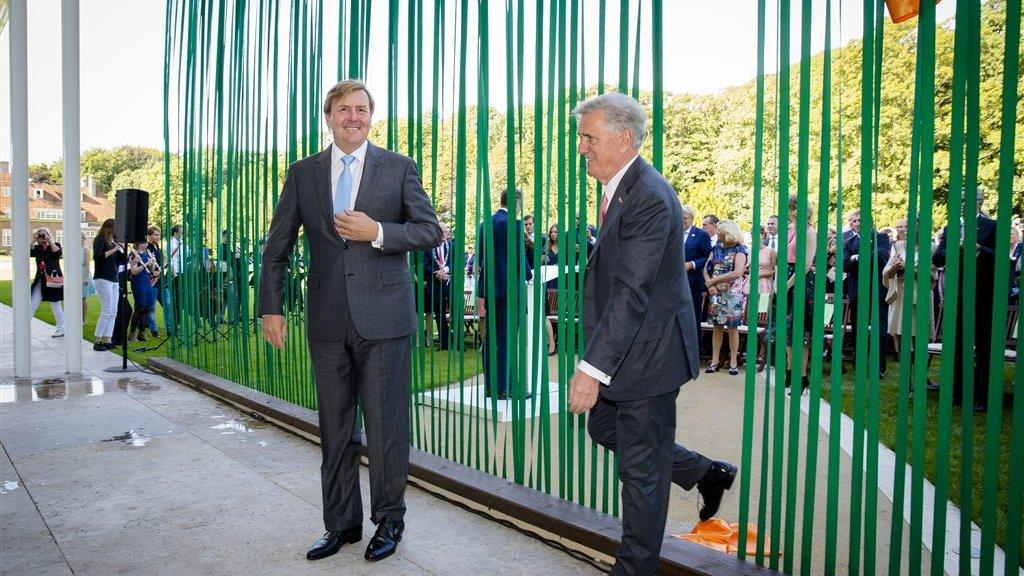 Koning Willem-Alexander en Joop van Caldenborgh tijdens de opening van Museum Voorlinden in 2016.
